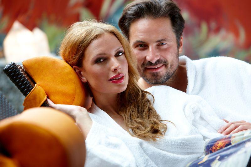 Schon Paar Auf Relaxliegen Im Vitalhallenbad